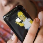 Sticker de Homero Simpson comiéndose la manzana del iPhone.